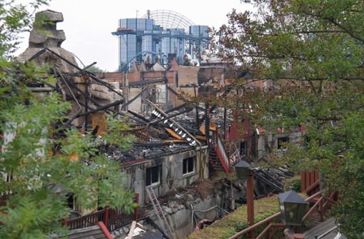 Nach einem Brand stehen zerstörte Häuser auf dem Gelände des Europa-Park. Foto: dpa