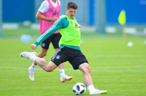VfB-Stürmer Mario Gomez nimmt Maß. Foto: AFP