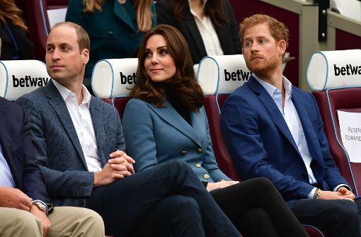 Prinz Harry spielt Rugby im Anzug