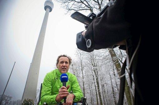 Kamera läuft: StN-Radler Tom Hörner bei der Anmoderation unterm Fernsehturm Foto: Lichtgut/Max Kovalenko