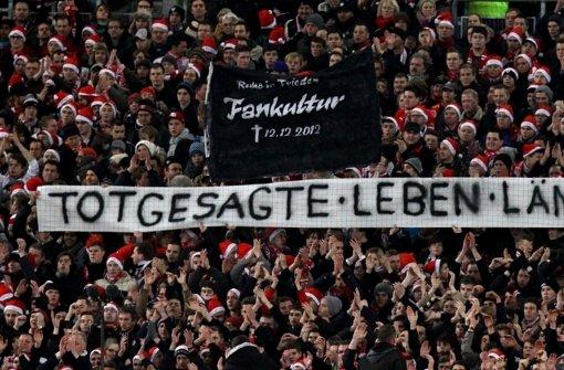 Die Fans protestieren weiterhin gegen das neue Sicherheitskonzept des DFL Foto: Pressefoto Baumann
