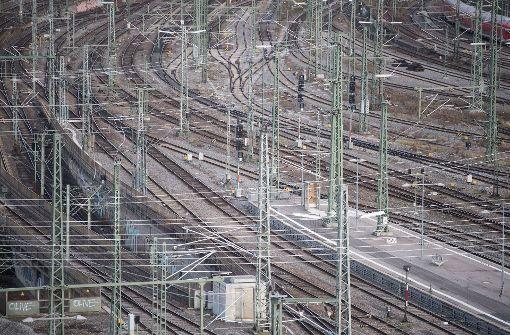 Signalanlagen stehen in Stuttgart auf dem Gleisvorfeld des Stuttgarter Hauptbahnhofes. Ein Experte sieht Stuttgart 21 als Beispiel für Fehler bei politischen Projekten. (Archivfoto) Foto: dpa