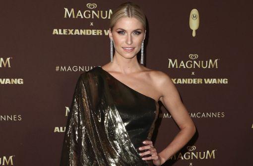 Lena Gercke feiert Luxus-Kühltasche für Magnum Eis