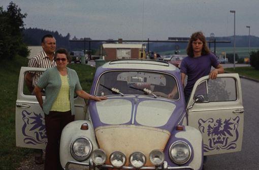"""Wolfgang Nantt schreibt zu diesem Foto: """"Mein erstes Auto war ein Käfer. Den hatte ich von meinem Bruder geerbt', bevor ich einen Führerschein hatte. Viele schöne und ein paar unangenehme Erinnerungen habe ich an dieses Auto. Eine weniger gute Erinnerung war ein Unfall noch bevor ich den Führerschein hatte. Mangels Geld habe ich den Käfer nur notdürftig reparieren lassen, aber mit einem für meinen damaligen Geschmack wunderschönen Dekor verziert. Die verdellte Motorhaube zierte eine herrlich schöne orangefarbene Plastikhaube. Noch heute bereue ich das ich dieses Auto nicht behalten habe. Das Bild zeigt meine Eltern und mich auf einer Urlaubsfahrt nach Österreich."""" Foto: Wolfgang Nantt"""