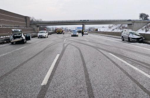 Bei einem Glatteisunfall aus der Autobahn 6 bei Sinsheim sind am Sonntag zwei Fahrzeuge in die Leitplanken gerutscht. Foto: dpa