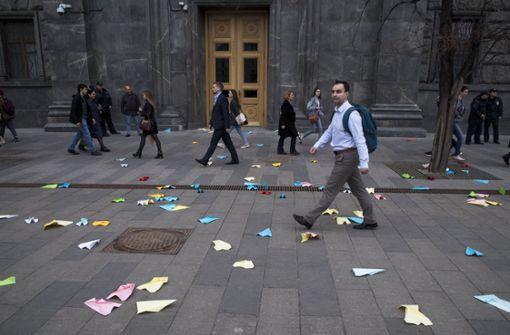 Mit Papierflugzeugen haben Menschen in Moskau vor dem Gebäude des russischen Geheimdienstes gegen die Blockade des Messenger-Dienstes Telegram protestiert. Foto: AP