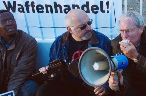 Der Rüstungsgegner Andreas Niethammer (August Zirner, re.) protestiert mit anderen Aktivisten gegen die Waffenexporte von HSW. Foto: ARD