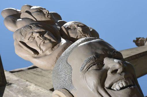 Die sogenannte Skulptur Paradiesschlange in Singen ergänzt den schon bestehenden Paradiesbaum. Der Kopf unten stellt US-Präsident Barack Obama dar, auf dem die Gesichter von Bundeskanzlerin Angela Merkel (links), vom nordkoreanischen Diktator Kim Jong-un (oben) und Russlands Präsident Wladimir Putin zu sehen sind. Foto: dpa