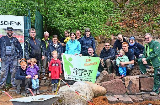 Im Juli hat der Verein dabei geholfen, dass der Schwarzwälder Wolf- und Bärenpark   Bad Rippoldsau-Schapbach  einen Kräutergarten bekommt.Die körperliche Arbeit ist auch ein Ausgleich für Bürotätigkeiten. Foto: privat