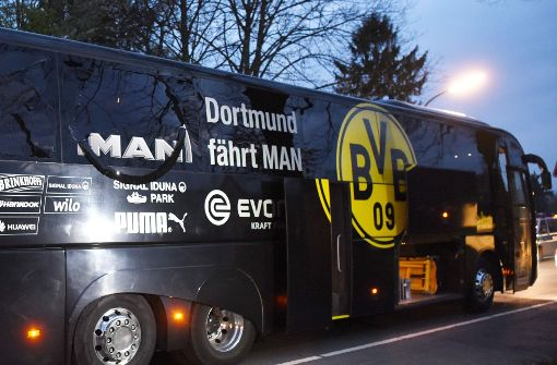 Der Dortmunder Bus kurz nach dem Anschlag am 11. April. Foto: AFP