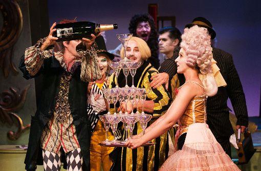 Vielleicht haben die Theatermacher bald allen Grund, nicht nur  wie hier in einer Spielszene auf der Bühne,  sondern auch im richtigen Leben die Sektgläser zu füllen. Foto: Ines Rudel