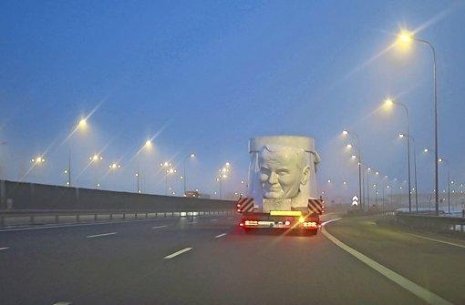 Der Riesenpapst lächelt vom Laster