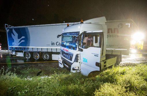 Lkw kracht in Leitplanke – A8 für Stunden voll gesperrt