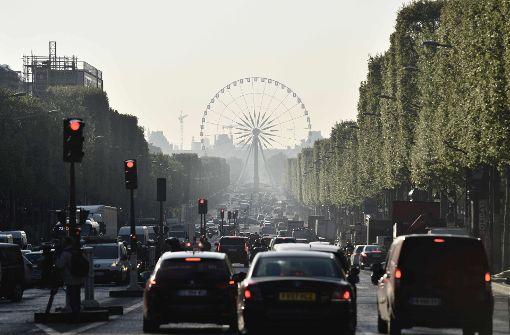 Mann rammt Polizeiwagen auf Champs-Elysées