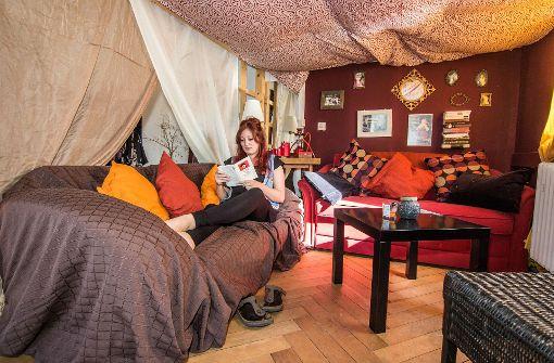 ... werden die zehn Zimmer von Menschen zwischen Mitte zwanzig und Mitte dreißig bewohnt – zum Beispiel von Jule. Die 10er-WG will das Haus erwerben und arbeitet dafür mit dem Mietshäuser-Syndikat zusammen. Foto: Lichtgut/Julian Rettig