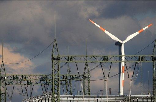 Windrad hinter Umspannanlage: Es gibt zu wenig Stromleitungen in Deutschland. Foto: dpa