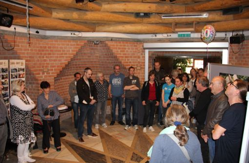 """30 Jahre Kinder- und Jugendhaus: Bei der Ausstellungseröffnung im """"Indianer-Hogan"""" des Jugendhauses.  Foto: Georg Friedel"""