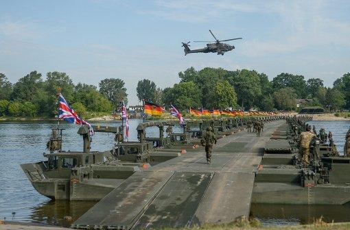 Deutsche und britische Pioniere bauen beim Militärmanöver Anakonda 2016 bei Chelmno eine 350 Meter lange Brücke über die Weichsel. Foto: DPA