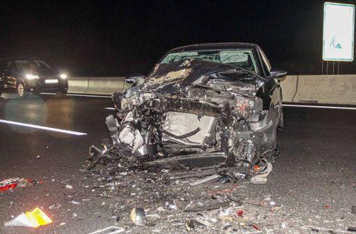 Ein 41-Jähriger prallte mit seinem Wagen an einem Stauende auf der A8 bei Leonberg auf einen Lastwagen. Der Lastwagenfahrer hatte zuvor plötzlich abgebremst und der 41-Jährige prallte mit seinem Wagen auf den Lkw-Anhänger. Foto: SDMG