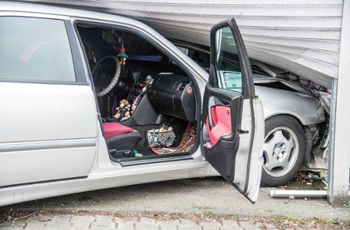Garagentore Esslingen plochingen autofahrer prallt gegen garagentor landkreis esslingen