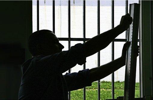 Auch hinter Gittern bekommen Untersuchungsgefangene ein monatliches Taschengeld, wenn sie selbst bedürftig sind – doch die Höhe geht bisher stark auseinander. Foto: dpa