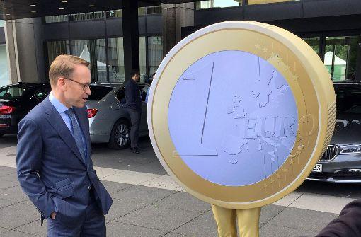 Bundesbankpräsident Jens Weidmann und ein Euro auf zwei Beinen beim Tag der Offenen Tür Anfang Juli. Foto: dpa