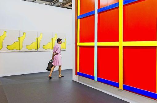 Auf dem Weg durch die Kunst – ein  Blick in die  Ausstellungshalle am Messeplatz Foto: Art Basel