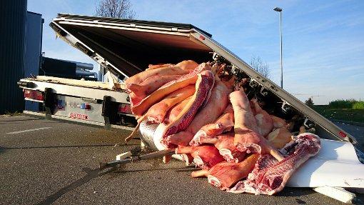 Ein LKW-Anhänger ist in Hemmingen auseinander gebrochen... Foto: Fotoagentur Stuttgart