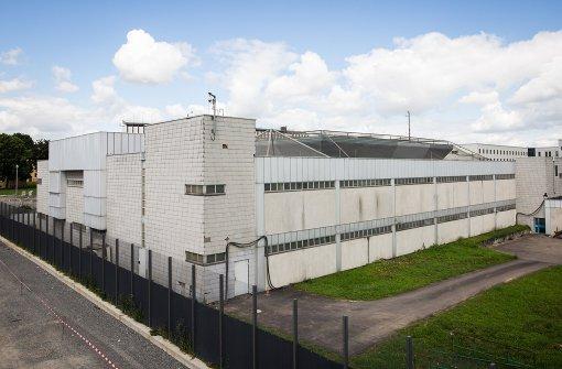 Blick auf das alte, für die RAF-Prozesse errichtete Prozessgebäude am Gefängnis Stammheim. Es wird nach der Fertigstellung des Neubaus abgerissen. Foto: dpa
