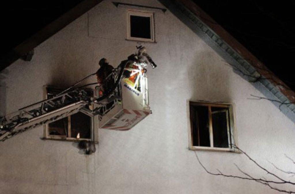 beim brand in einer dachgeschosswohung in ebersbach kreis g ppingen ist in der nacht auf. Black Bedroom Furniture Sets. Home Design Ideas