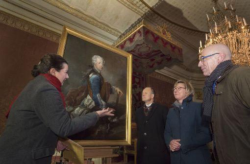 Patricia Peschel präesentiert das Porträt von Friedrich des Großen vom Rokoko-Meister Antoine Pesne. Foto: factum/Weise