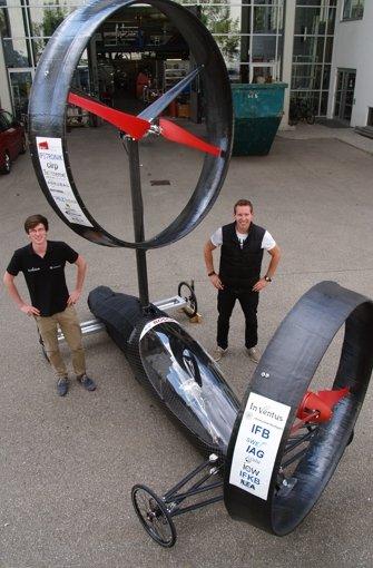 Max Steller und Marc Wankenmüller zeigen das neuartige Konzept mit zwei Rotoren und Hybridmotor. Foto: Rüdiger Ott