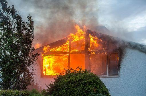 Haus steht in Flammen - 300 000 Euro Schaden