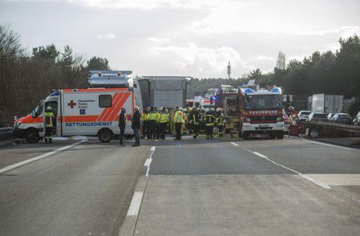Zahlreiche Rettungskräfte beim Einsatz auf der A5 nach dem tödlichen Unfall. Foto: 7aktuell.de/Simon Adomat