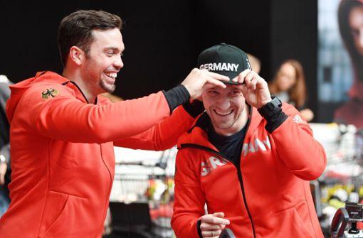 Die Rennrodler Tobias Arlt und Tobias Wendl bekommen ihre Klamotten für die Olympischen Spiele. Foto: dpa