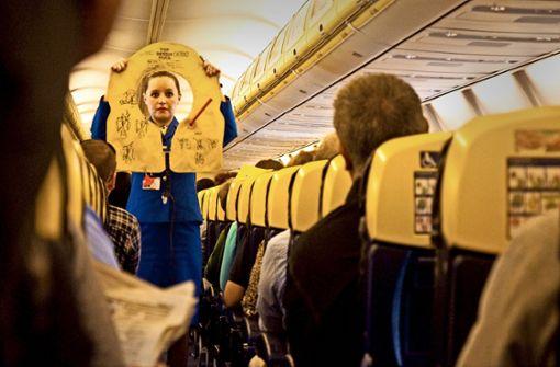 Für Stewardessen und Stewards von Ryanair  soll künftig nicht mehr irisches, sondern deutsches Arbeitsrecht gelten. Foto: Mauritius