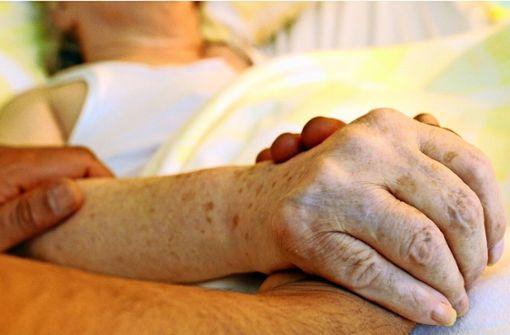In der Sterbebegleitung geht es darum, präsent zu sein – für die Todkranken ebenso wie für ihre Angehörigen. Foto: dpa