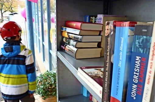Wie das heimische Bücherregal, aber für alle zugänglich: In Heumaden können die Bürger seit etwa vier Jahren am Marktplatz Bücher holen oder abgeben. Foto: Sägesser