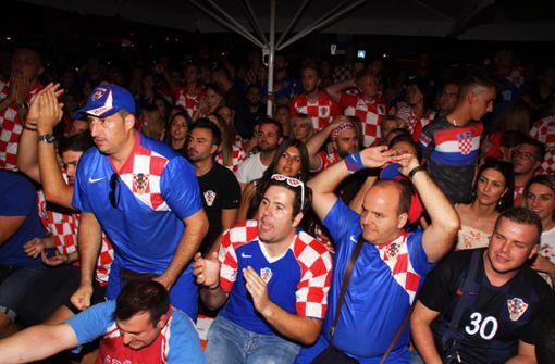 Stuttgarter Kroaten feiern frenetisch den Sieg ihres Teams