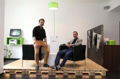 Samuel Härtl (links) und David Härtl im Hotel A2 Gastwerk in Plochingen, in dem ihre App Hotelbuddy derzeit getestet wird Foto: Jan Reich