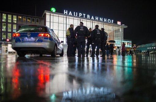 Mit Fotos sucht die Kölner Polizei nun öffentlich nach Tätern aus der Silvesternacht. Foto: dpa