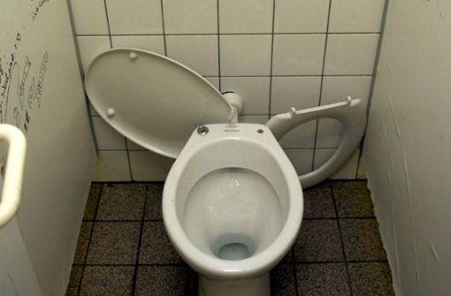 Vollgeschmierte Wände, abgebrochene Klodeckel, nasse Fliesen, verschimmelte Wände: Klo-Alltag in Deutschlands Schulen. Foto: dpa