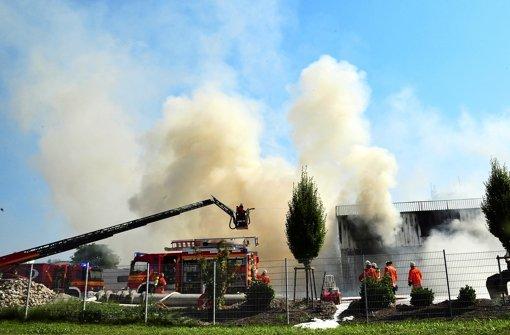 Bauschutthalle brennt binnen Minuten lichterloh