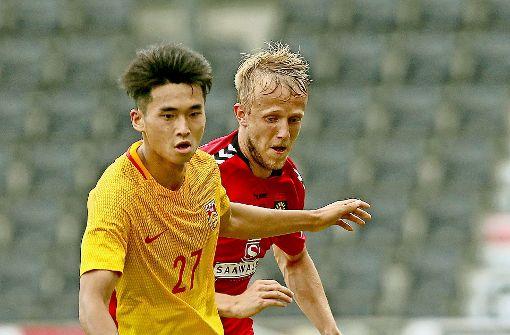 Lei Wenjie von Chinas U20  (li.) gegen den Großaspacher Michael Vitzthum Foto: Baumann