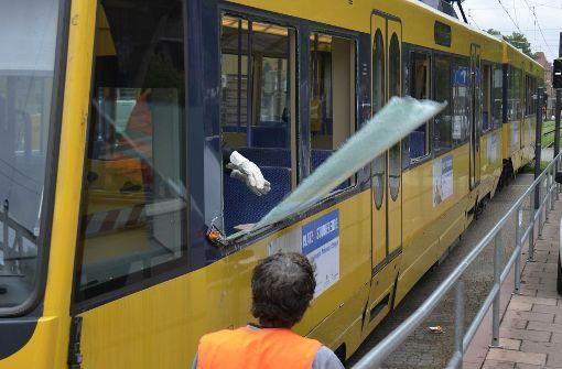 Sattelzug schlitzt Stadtbahn auf
