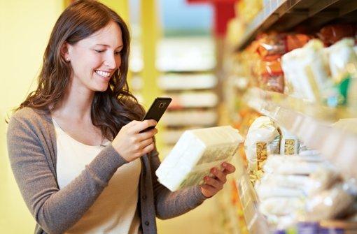 Angenehmes Shoppen: Mit dem Smartphone lassen sich schnell und einfach Preise vergleichen.  Foto: Robert Kneschke/Fotolia