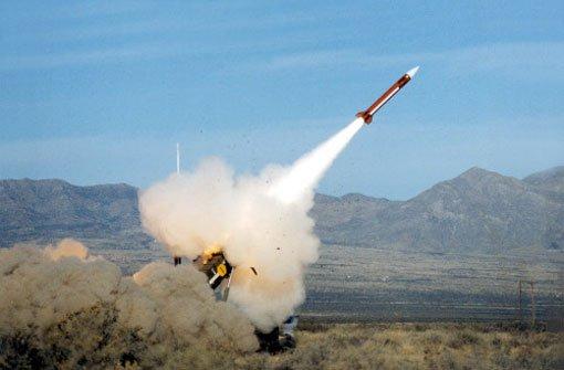 Eine Luftabwehrrakete vom Typ Patriot wird zu Testzwecken abgeschossen (Foto undatiert). Außenminister Guido Westerwelle will dem Antrag der Türkei auf Verlegung von Patriot-Luftabwehrsystemen an die Grenze zu Syrien unter den üblichen Vorbehalten zustimmen. Foto: dapd