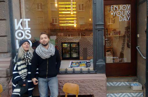 Anna Ruzas und Stoff Büttners Kiosko in den ehemaligen Räumen des Café MuK versorgt den Stuttgarter Westen zukünftig mit Kaffee, Knabbereien und Kippen. Foto: Springorum
