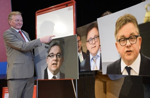 FDP-Fraktionschef  Schmiedel präsentiert Wolf-Bilder Foto: dpa