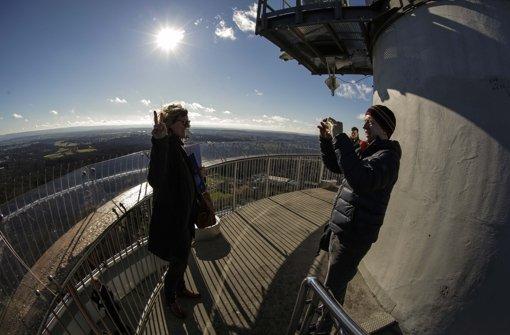 Endlich wieder möglich: Die ersten Besucher bei strahlendem Wetter auf dem Fernsehturm. Foto: Lichtgut/Leif Piechowski